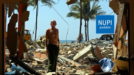 Bilder viser en enslig turist i kaoset etter tsunamien i Thailand i 2004.