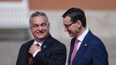 Bildet viser Ungarns president Viktor Orbán og Polens president Mateusz Morawieck i Warszawa smilende i samtale, i halvfigur og utendørs, mai 2019.