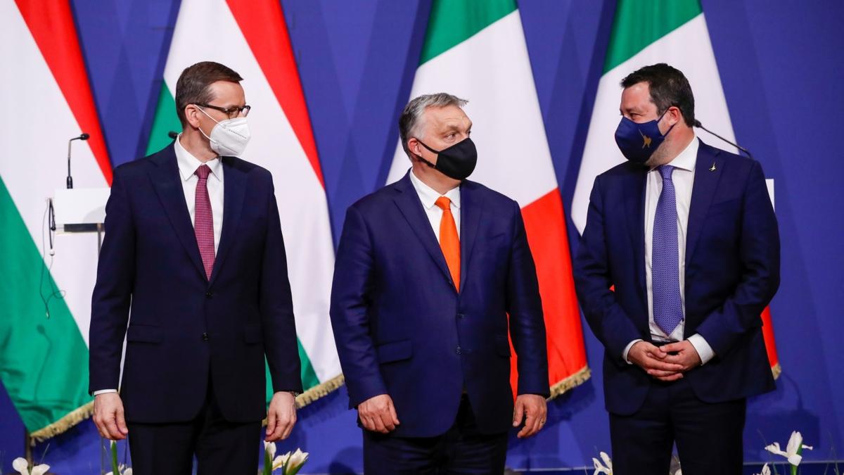 Bildet viser Ungarns statsminister Viktor Orban Polens statsminister Mateusz Morawiecki og Italias Lega Nord-leder Matteo Salvini som poserer og ser på hverandre etter en pressekonferanse i Budapest, April 2021.