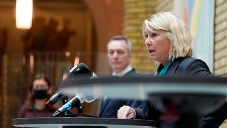 Bildet viser forsvarsminister Frank Bakke-Jensen i bakgrunnen og justis- og beredskapsminister Monica Mæland i front.