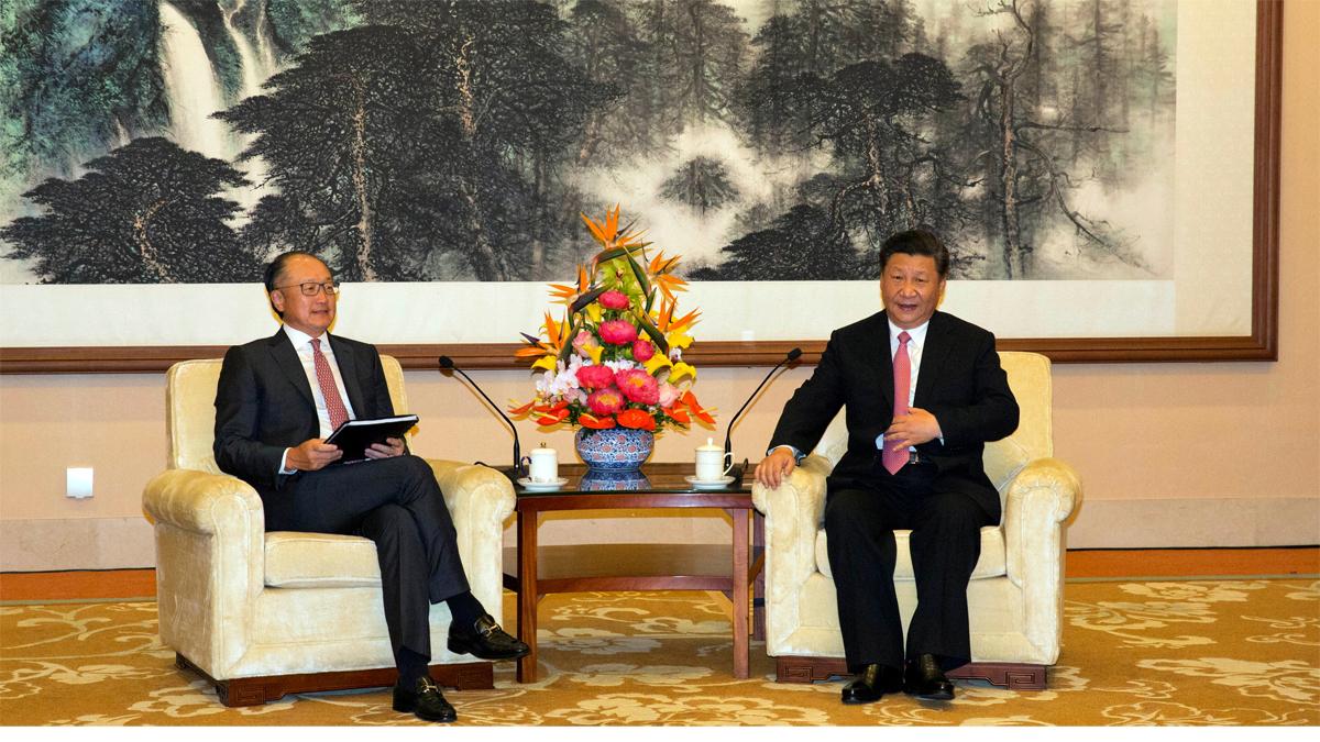 Bildet viser et møte mellom Verdensbankens president Jim Yong Kim og Kinas president Xi Jinping i juli 2018.