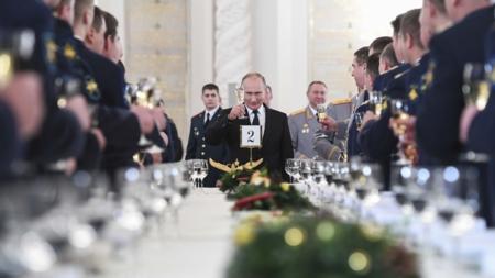 Bildet viser Russlands president Vladimir Putin i ferd med å utbringe en skål