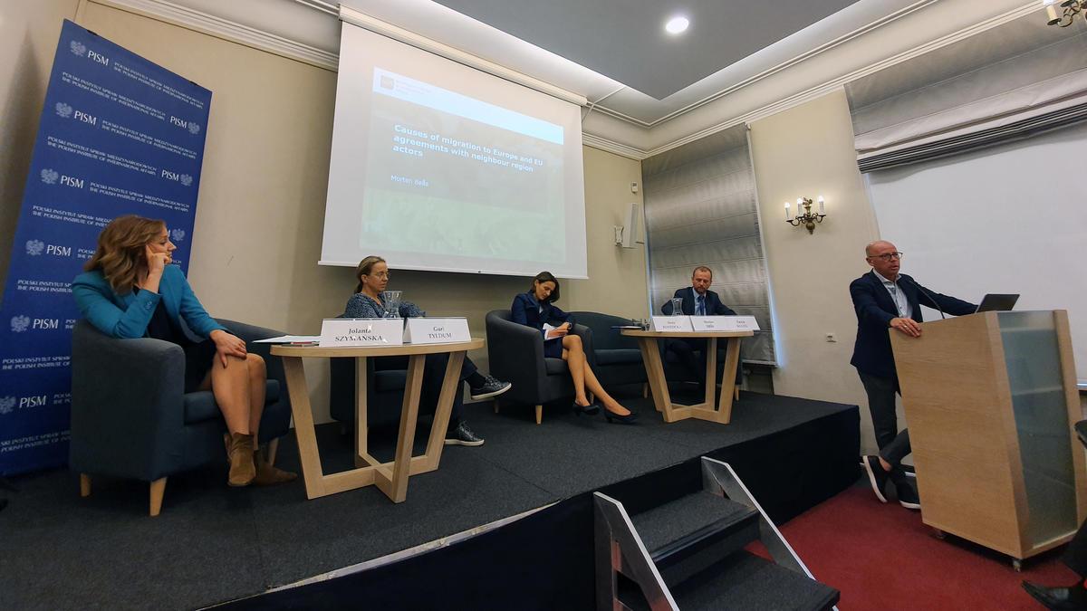 Bildet viser Jolanta Szymanska (PISM), Guri Tyldum (Fafo), Anna Rostocka (IOM), Patryk Kugiel (PISM), og Morten Bøås (NUPI) på konferanse i Warszawa.