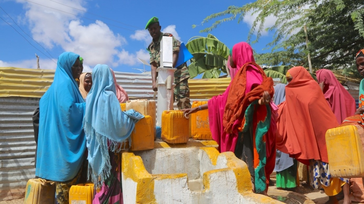 Bildet viser en gruppe kvinner som henter vann fra en vannstasjon i Somalia.