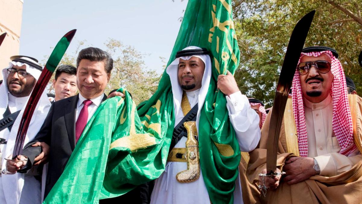 Kinas president Xi Jinping møter kong Salman bin Abdulaziz av Saudi-Arabia. Her er de to statsoverhodene avbildet sammen i 2016 mens de utfører en tradisjonell dans som del av velkomstseremonien for Xi Jinping i Riyadh.