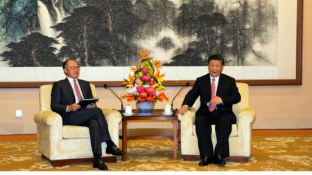 Bildet viser Verdensbankens leder Jim Jong Kim og Kinas president Xi Jinping
