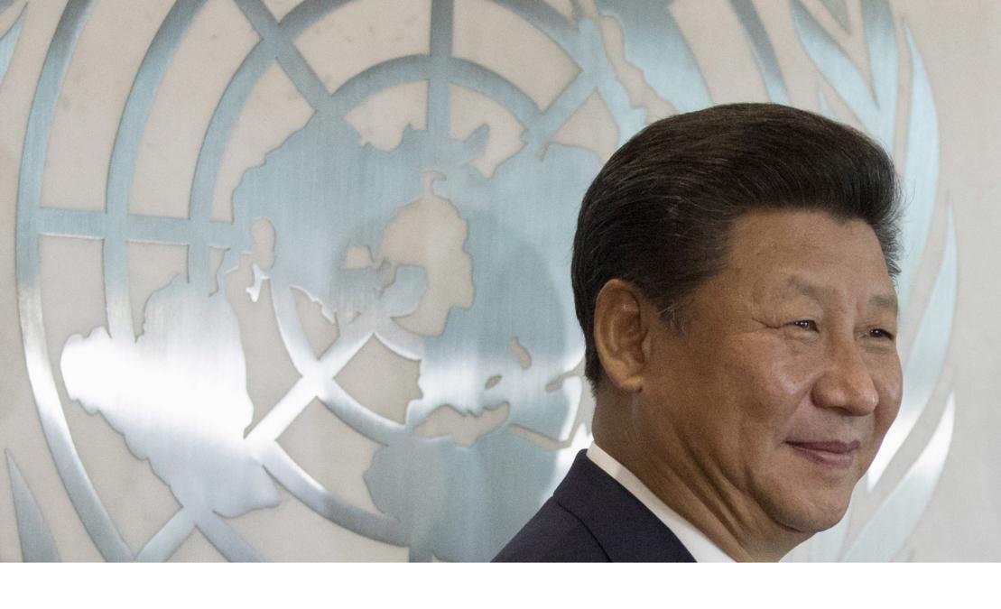 Bildet viser Kinas president Xi Jinping foran FN-logoen i 2015