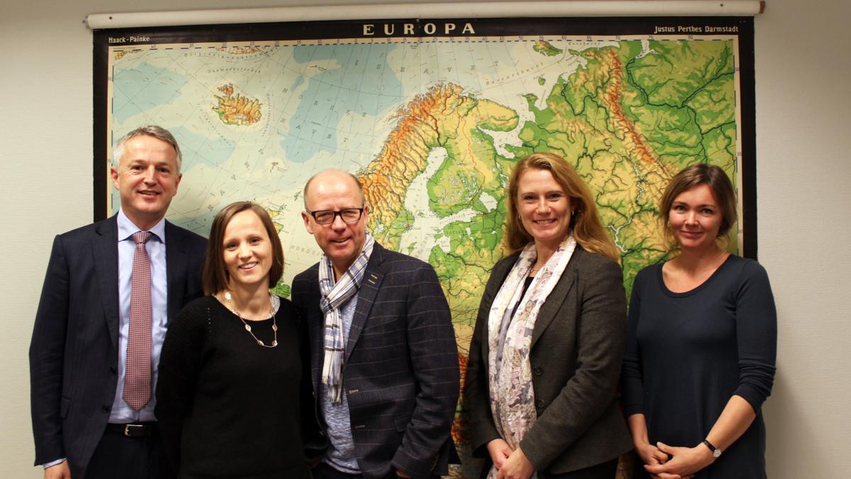NUPI-forskere vant frem i knallhard konkurranse om prosjektfinansiering fra EU. F.v.: Direktør Ulf Sverdrup, administrasjonssjef Silje Skøien, prosjektleder Morten Bøås, seniorforsker Pernille Rieker og seniorforsker Kari Osland.