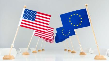 Bildet viser amerikanske flagg og EU-flagg
